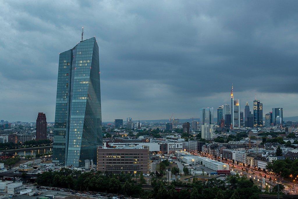 Blick auf Frankfurt, im Vordergrund zu sehen die Europäische Zentralbank.