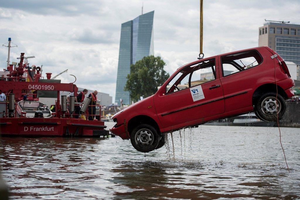 Vom Grund geholt - das THW zieht ein Auto aus dem Main.