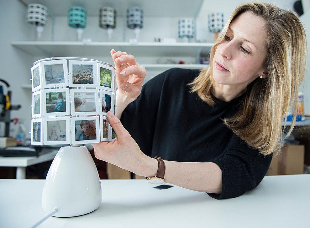 Lampendesignerin Lena Eckhardt bei der Arbeit.